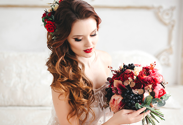 Brunette glam bride with bouquet